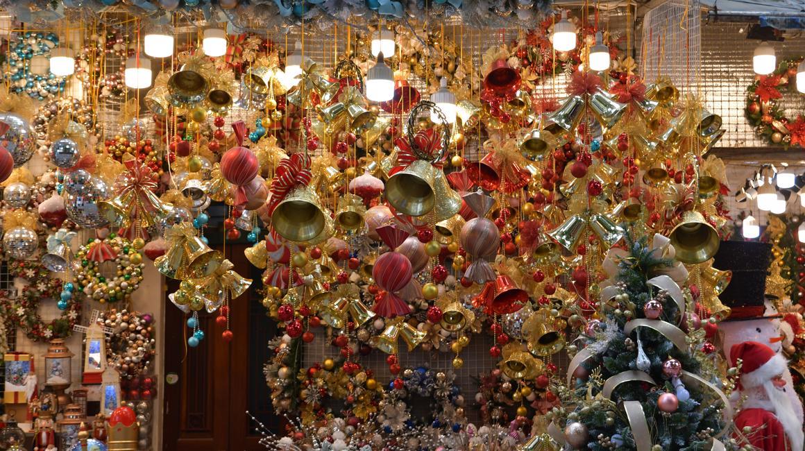 Chùm ảnh: Phố Hàng Mã chuẩn bị sẵn sàng cho mùa Noel