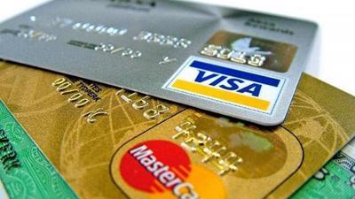 Ngân hàng kêu Visa, Mastercard thu phí chồng phí