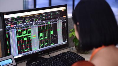 """VN-Index tăng gần 15 điểm, nhóm """"cổ phiếu vua"""" trở lại dẫn dắt"""