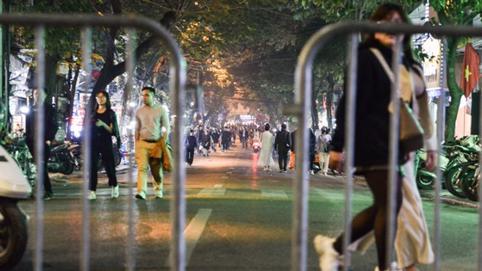 Hà Nội: Người dân bỡ ngỡ với phố đi bộ mở rộng