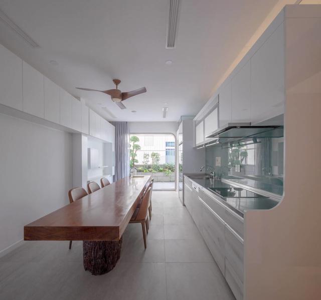 Phòng ăn với view nhìn ra ban công đầy sắc xanh