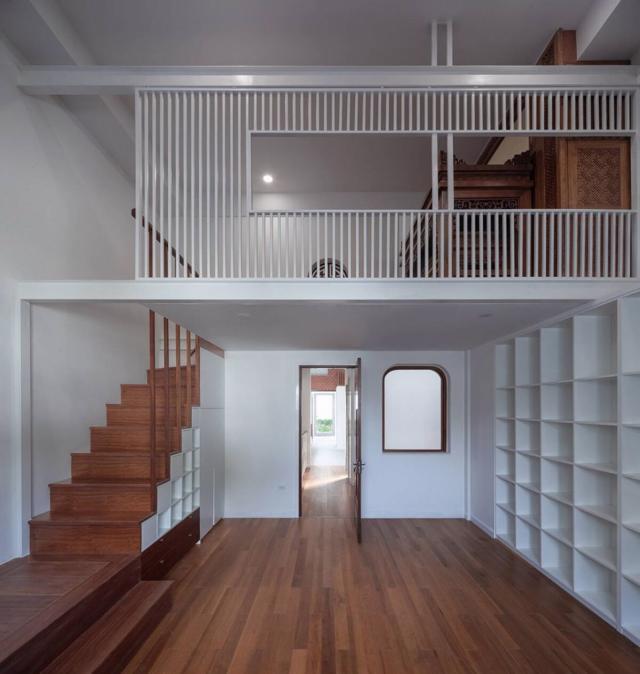 Tầng 5 và gác lửng phía trên là studio kết nối với phòng thờ (theo chiều đứng) và phòng chơi trẻ em kết nối với vườn + deck gỗ