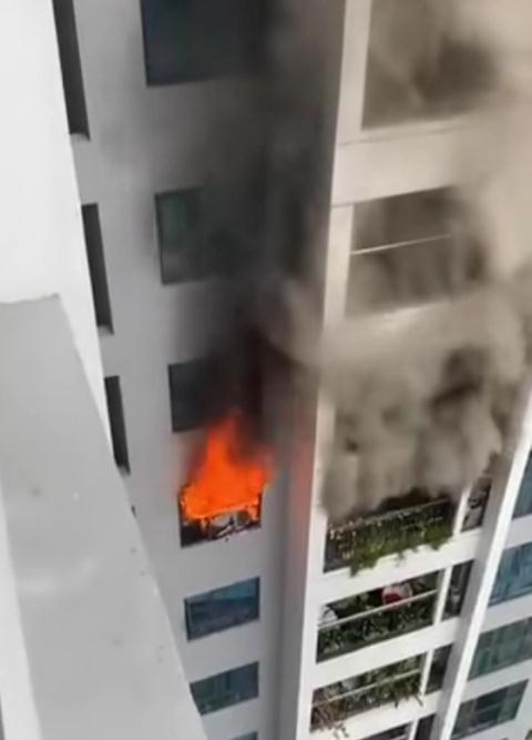 Hình ảnh vụ cháy căn hộ tòa S1 chung cư Goldmark City được người dân ghi lại trưa ngày 20/11.