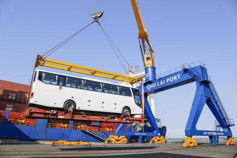THACO xuất khẩu hơn 200 ôtô và linh kiện phụ tùng trong ngày ra quân đầu năm tân sửu - Ảnh 2