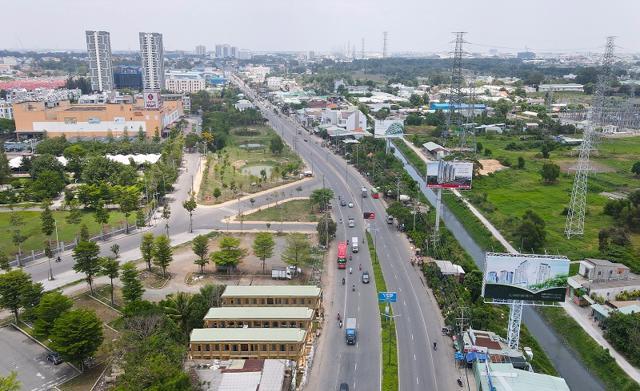 Đoạn Quốc lộ 13 đi qua Thuận An trở thành đại lộ thương mại – dịch vụ lớn nhất tỉnh Bình Dương. Ảnh: Phước Tuấn.