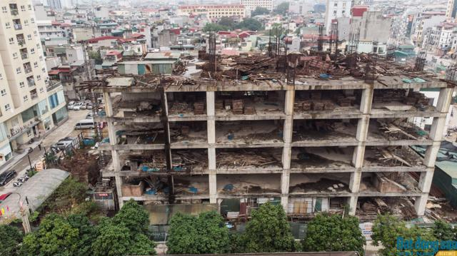 """Nằm trên mặt đường Minh Khai (Hà Nội), mảnh đất """"vàng"""" 13.000m2 của Công ty Cổ phần May Thăng Long đến nay mới chỉ sử dụng được một phần, phần còn lại vẫn là một toà nhà xây dang dở."""
