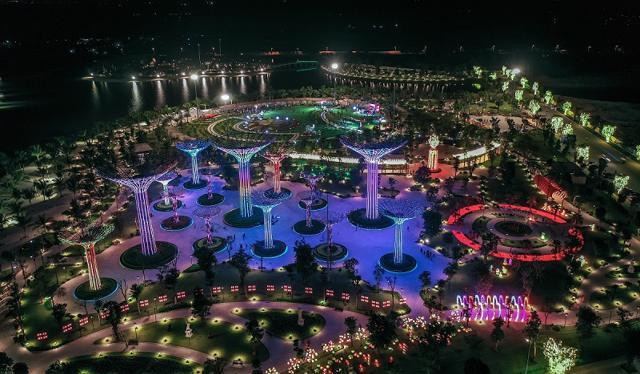 Toạ lạc tại vị trí tâm điểm thành phố Thủ Đức, Vinhomes Grand Park là Trung tâm phát triển kinh tế, thương mại và giải trí sầm uất bậc nhất TP Hồ Chí Minh nhờ hạ tầng tiện ích, giao thông đồng bộ được đầu tư, phát triển mạnh mẽ.