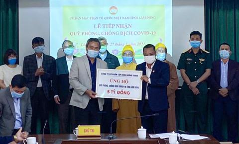 Ông Lê Hồng Việt – Phó Chủ tịch kiêm Phó Tổng Giám đốc Tập đoàn Hưng Thịnh (bên phải) trao tặng 5 tỷ đồng cho Quỹ phòng, chống Covid-19 tỉnh Lâm Đồng