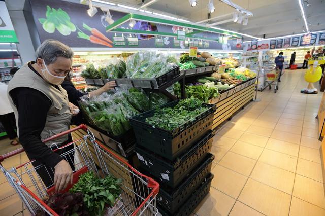 Khách hàng mua sắm tại siêu thị VinMart.