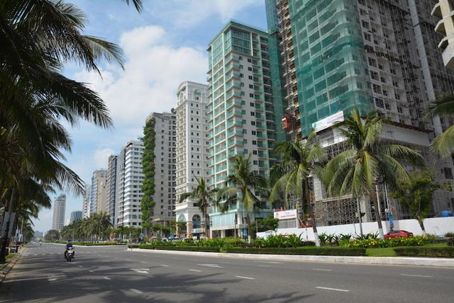 Khách sạn ven biển Đà Nẵng im ắng, ít hoạt động do ảnh hưởng bởi dịch bệnh trở lại trong tháng 5 (Ảnh: Văn Luận).