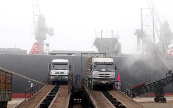 Các chuyến tàu container cập cảng Vũng Áng được bốc xếp hàng hóa nhanh gọn, an toàn.