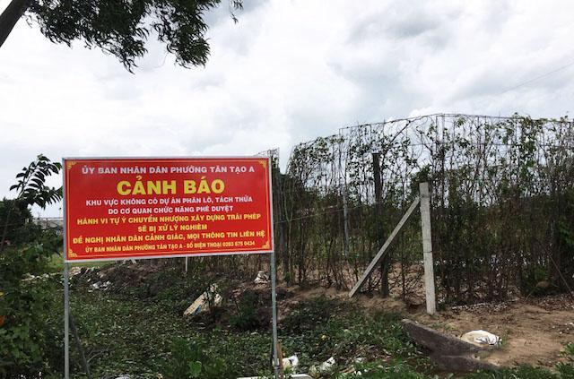 """Quận Bình Tân (TP.HCM) cắm biển cảnh báo tình trạng phân lô, bán nền trái quy định đến người dân. Đây là đất quy hoạch cây xanh, cây xanh cách ly hành lang an toàn nhưng """"cò đất"""" lại phân lô, bán nền."""