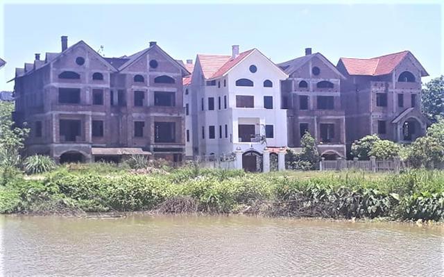 Theo phê duyệt ban đầu, dự án du lịch sinh thái Song Phương được xây dựng tại khu đồng Sâu (thôn Phương Viên, xã Song Phương), có mục đích phục vụ du lịch, nghỉ dưỡng, nhưng sau đó được phê duyệt thành xây dựng loạt biệt thự để bán.