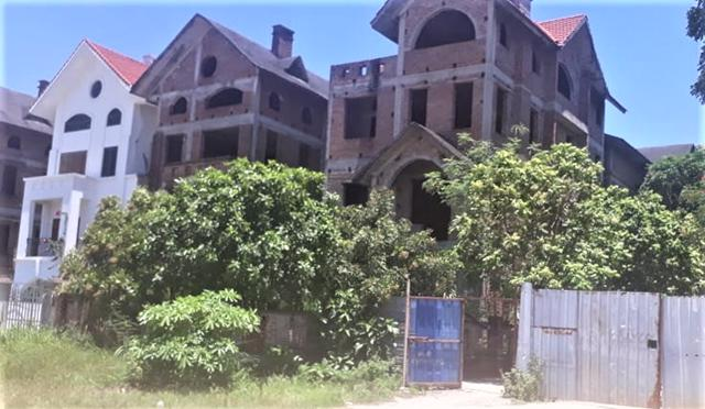Nhiều căn biệt thự đã xây xong phần thô và bỏ hoang.