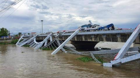 Một bên khung sắt trang trí trên cầu Maspero 2 bất ngờ đổ sập xuống sông khi công nhân đang thi công. Ảnh: Báo Giao thông