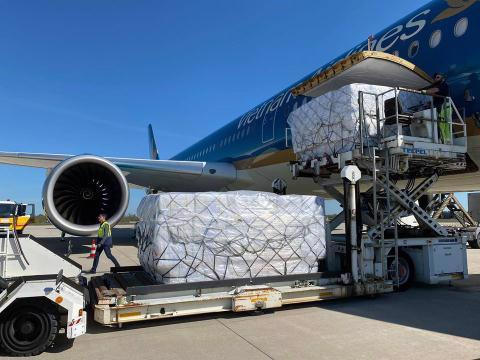 Dịch Covid-19 khiến việc vận tải hành khách bị ảnh hưởng nghiêm trọng, nhiều hãng hàng không đã xoay xở chở hàng bằng máy bay chở khách để bù đắp một phần chi phí. Ảnh: CNDE
