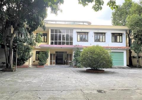 Hiện nay do chưa có tiền để sửa chữa trụ sở mới nên Sở Ngoại vụ Nghệ An vẫn đang thuê nơi làm việc, còn trụ sở mới này vẫn đang bỏ hoang. Ảnh: VTC News
