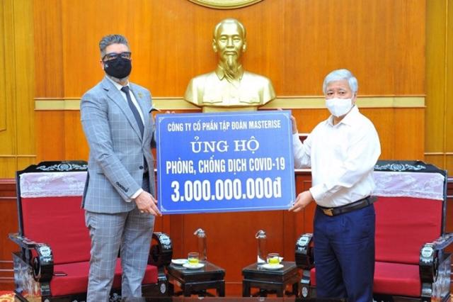Chủ tịch UBTƯ MTTQ Việt Nam – ông Đỗ Văn Chiến tiếp nhận hỗ trợ.