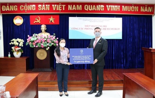 Đại diện tập đoàn trao 6 tỷ đồng hỗ trợ trang thiết bị y tế, tiếp sức cho tuyến đầu chống dịch tại Tp Hồ Chí Minh.