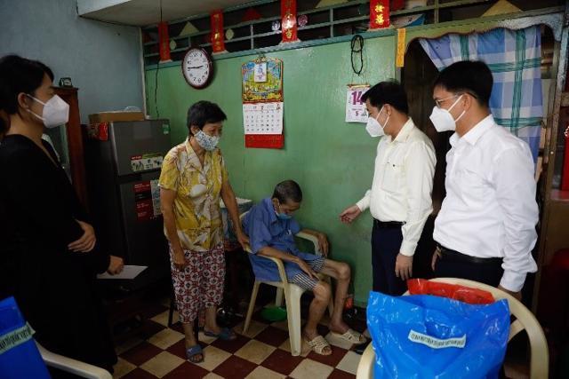 """Những phần hỗ trợ đầu tiên của """"Giữ Tổ ấm giữa Đại dịch"""" đã tới tay người lao động Quận 5, TP Hồ Chí Minh."""