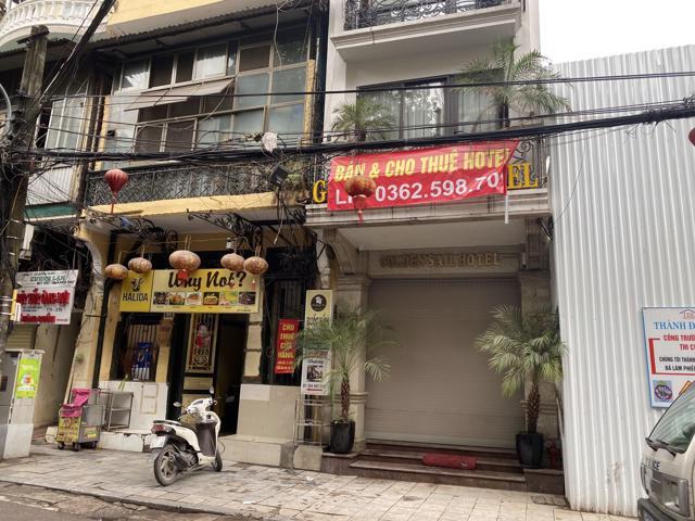 Sau nhiều tháng cửa đóng then cài, nhà mặt tiền phố cổ được rao bán hàng loạt.