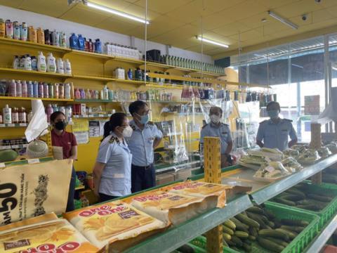 Lực lượng quản lý thị trường kiểm tra một cửa hàng Bách Hóa Xanh tại TP.HCM - Ảnh: Tổng cục QLTT