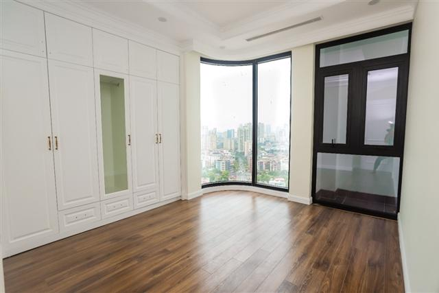 Tất cả căn hộ được trang bị hệ kính low-E chạm sàn tối ưu tầm nhìn cho gia chủ.