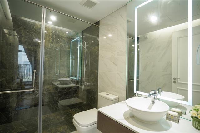 Nhà vệ sinh được trang bị thiết bị vệ sinh sử dụng phần sứ Bravat, sen vòi Hangrohe.
