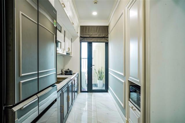 Khu vực bếp thiết kế khéo léo để kết nối ra logia nhỏ nhằm đảm bảo thông thoáng và lấy ánh sáng tự nhiên cho căn hộ.