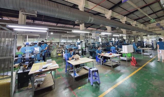 Một doanh nghiệp tại quận Bình Tân sản xuất giãn cách trong mùa dịch bệnh.