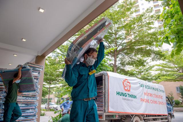 5.000 chiếc giường xếp do Hưng Thịnh trao tặng nhanh chóng được chuyển đến bệnh viện dã chiến thu dung điều trị COVID-19