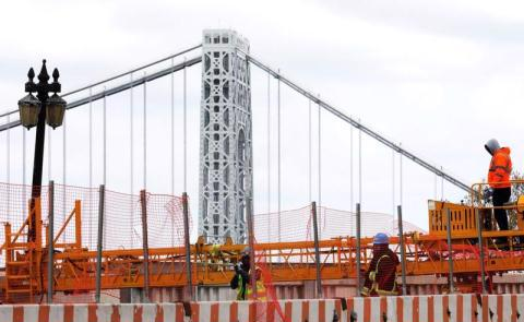 Những người công nhân làm việc tại một công trường nâng cấp giao thông ở Manhattan, New York, tháng 4/2021. Ảnh: Reuters.