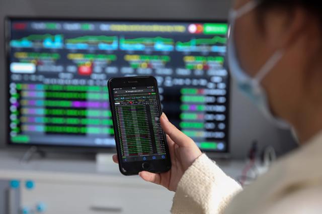 VN-Index bứt phá vượt mốc 1.330 điểm, nhóm ngân hàng và chứng khoán dẫn dắt thị trường - Ảnh 1