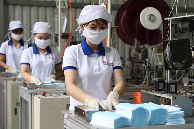 Nhiều doanh nghiệp sản xuất khẩu trang y tế và quần áo phòng hộ gặp rất nhiều khó khăn để duy trì hoạt động.