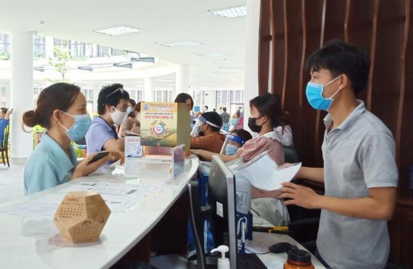 Các doanh nghiệp Khu Công nghệ cao và các KCN Đà Nẵng tập trung nộp hồ sơ xin xác nhận Giấy đi đường cho người lao động.