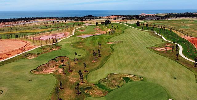 Sân golf 36 lỗ tiêu chuẩn quốc tế đạt 90% tiến độ.