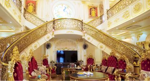 Toàn bộ nội thất đều được mạ vàng từ bàn ăn, bàn khách, tủ tivi, cầu thang, lọ đựng tăm, lọ đựng hoa. Ảnh: VNE