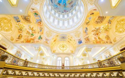 Mái vòm được các nghệ nhân vẽ tay với những gam màu ấm nóng. Ảnh: VNE