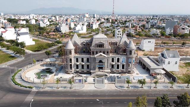 Dự án Khu đô thị du lịch biển Phan Thiết do Công ty cổ phần Rạng Đông và Công ty TNHH khu du lịch biển Phan Thiết là chủ đầu tư bị yêu cầu ngừng giao dịch để phục vụ công tác điều tra.