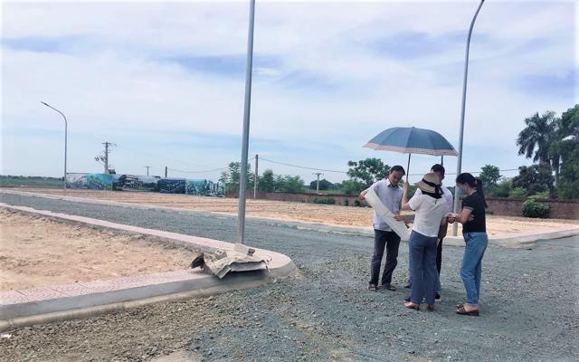 """""""Họ cứ vẽ ra chứ có đâu, xã đã cấm không cho phân lô bán nền rồi"""", ông Nguyễn Trung Kiên, Chủ tịch UBND xã Đồng Trúc nói về việc phân lô bán nền tại khu đất được quảng cáo là """"Khu dân cư Khoang Mái"""" trên địa bàn."""