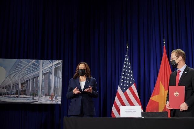 Phó tổng thống Harris và Đại biện lâm thời Mỹ tại Việt Nam Christopher Klein tại lễ ký kết chiều 25/8.