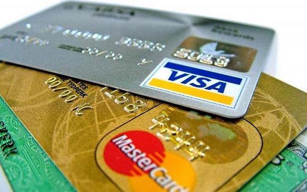 Ngân hàng kêu Visa, Mastercard thu phí chồng phí - Ảnh 1