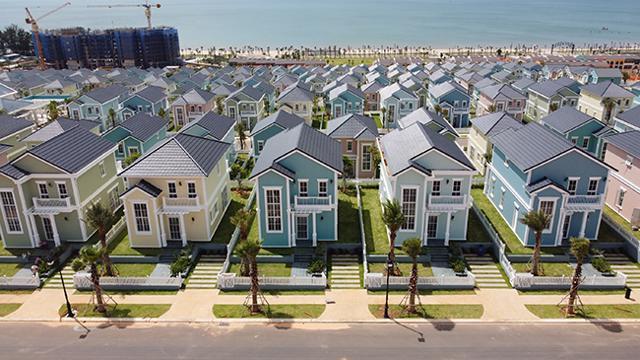 Trong bối cảnh lãi suất ngân hàng liên tục giảm, nhiều nhà đầu tư tìm đến những kênh đầu tư hấp dẫn hơn như bất động sản. (Ảnh second home Florida sắp bàn giao quý 3/2021 tại NovaWorld Phan Thiet).