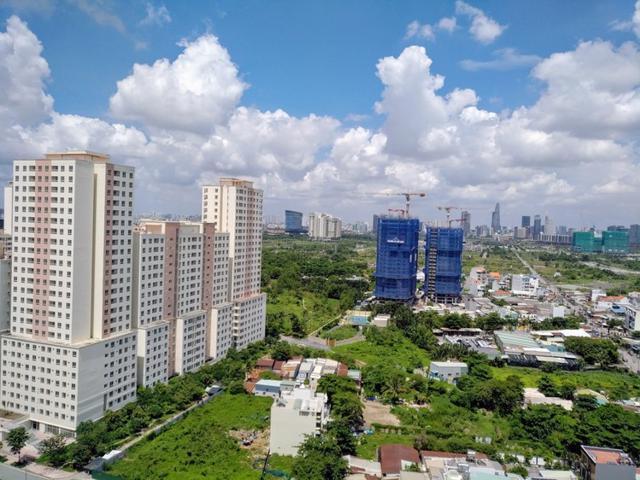 Nguồn cung mới khan hiếm, chi phí xây dựng leo thang là những yếu tố khiến giá nhà TP Hồ Chí Minh khó giảm trong thời gian tới.