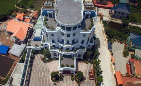 """Tại xã Nam Hưng (huyện Tiền Hải, tỉnh Thái Bình), đại gia Phát """"dầu"""" cũng sở hữu một tòa lâu đài tráng lệ khác giữa cánh đồng lúa xanh ngát."""