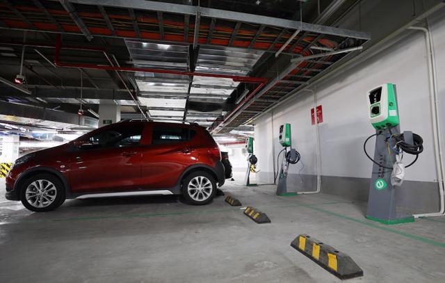 Bãi đỗ xe đã lắp đặt trụ sạc vẫn đảm bảo đỗ xe cho cả xe xăng và xe điện