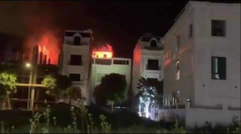 Đám cháy nhanh chóng lan rộng, bao phủ toàn bộ căn nhà 5 tầng. Ảnh: Zing.vn