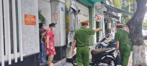 Bà Ngô Thị Điều được đưa ra khỏi nhà riêng và lên xe của cơ quan chức năng lúc 13h45 ngày 28/9 - Ảnh: TTO