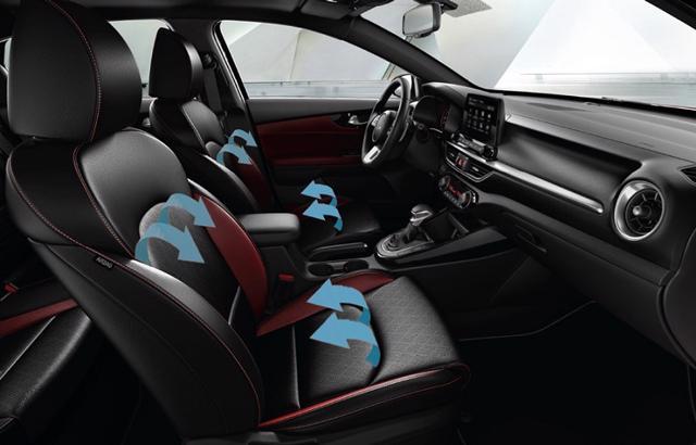 Kia K3 là mẫu xe hiếm hoi trong phân khúc sở hữu ghế lái và ghế hành khách trước có tính năng sưởi, làm mát ghế ngồi.